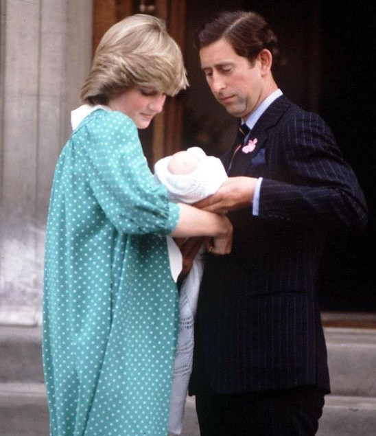 Diana and prince charles leaving the hospital with baby william